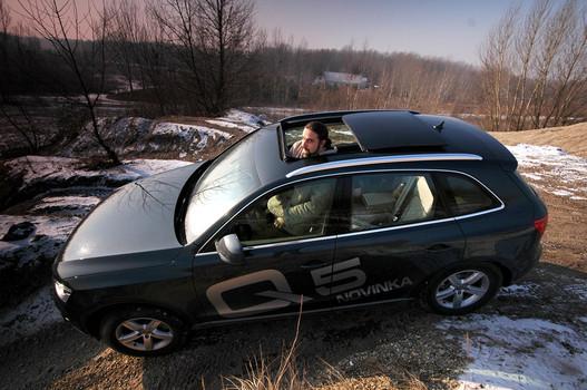 A bunkerszerű modern autókban növeli a térérzetet az üvegtető, pedig valójában lopja a centimétereket a fejtérből