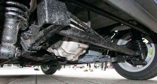 Differenciálművön át csatlakozik a 6 kW-os villanymotor a hátsó tengelyre