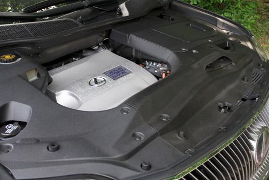 A V6-os jellegzetes brummogásából az utastérbe is jut egy kevés
