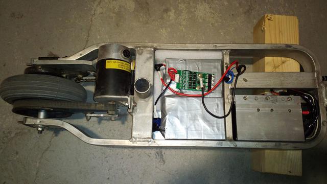 cbcf76c84131 Ami még hátravan:Áram mérések, taposólemez kialakítása, első sárhányó  átfaragása, akkuállapotjelző beépítése, km/h óra beépítése. Kb ennyi :)
