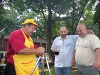 Vajdasági magyar cimboránkkal kóstolgatjuk hol a főztjét, hol a veresbort.