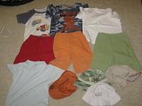 A két mintás póló és a narancs-zöld nadrág használt 2c215a2c0d
