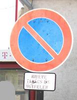 várakozni tilos