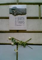 Az új emléktábla néhány szál virággal