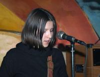 Kislány énekel