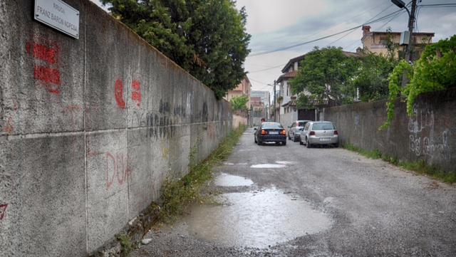 (Hála égnek az új utcatábla már nem igazodik a kiejtéskövető albán  helyesíráshoz 426831d588