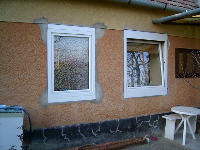 Vályogházba műanyag ablak