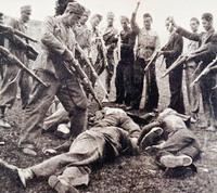 Usztasa katonák pózolnak meggyilkolt áldozataik fölött