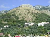 Sveti Stefan a hegyen levő kápolnával