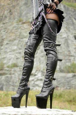Nem ciki a magas sarkú férficipő, állítólag Dívány
