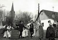 Svatovi nakon ven�anja u crkvi odlaze u ku�u mlado�enje.
