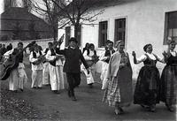 Svatovi nakon venčanja u crkvi odlaze u kuću mladoženje.