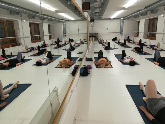 nyújtás, balett stretching, spárga nyújtás, nyújtó gyakorlatok