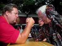 Megtévesztő ám a tisztes őszes halánték ..., az idősebb úr, a zombori járás egykori szkander bajnoka.