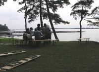 Egy gyönyörű nap feletti békés diskurzus a tóparton.