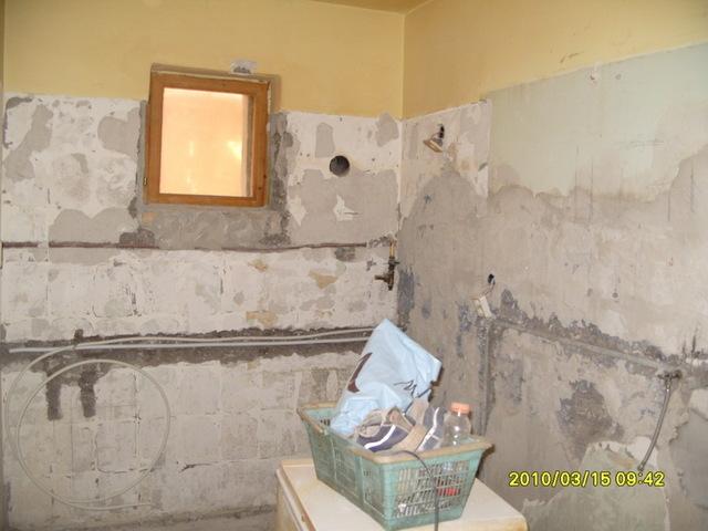 Vályogházba fürdőszoba
